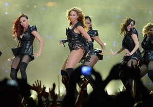 Beyonce on stage with her dancers